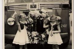 31-5-1958  Opening busdienst Apeldoorn-de Vecht-Terwolde-Veessen.-Heerde. Links dochter van kapper Compagnen, recht Gerrie Wijenberg, dochter van Geert Wijenberg, aannemer