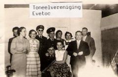 Toneelvereniging Evetoc, 1980EVETOC staat voor: Eerste Veessense Toneelclub.Opgericht op 25 november 1959. Sinds december 1960 heeft de toneelclub samengewerkt met de muziekvereniging.vlnr. Steven van Marle,G. Schurink-Stokkink, H.Dokter-Grolleman, Jan Velthuis, J. Smit, Mevr.Kok,Jan Schurink, ??, zittend G. de Weerd, ???